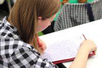 Les devoirs après la classe à l'école ou à la maison: un débat anachronique